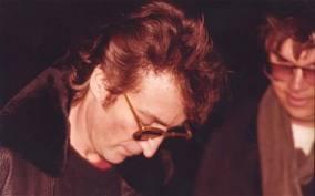 Джон даёт автограф убийце за несколько часов до смерти. Последнее фото Леннона