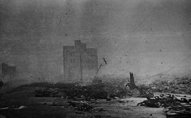 Пепел, обломки и сгоревшие тела жителей на улицах Токио.10 марта 1945г